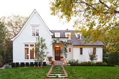 Take a peek inside a charming cottage style family home in Nashville Best Exterior Paint, House Paint Exterior, Exterior Paint Colors, Stucco Exterior, Modern Farmhouse Exterior, Country Farmhouse Decor, Kitchen Country, Farmhouse Design, Country Chic