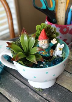 Gnome Tea Cup Fairy Garden- Cute DIY Table Decoration - Gnome Tea Cup Fairy Garden- Need a cute decoration for your table or desk? Why not make this adorable DIY gnome tea cup fairy garden! Diy Garden Projects, Diy Garden Decor, Garden Ideas, Garden Gifts, Backyard Ideas, Arreglos Ikebana, Teacup Crafts, Fairy Furniture, Furniture Ideas