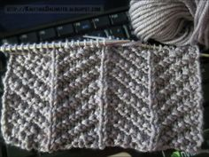 Schönes_Muster_Only knit and purl stitches are used to make up this herringbone texture knitting stitch and isn't too tricky for beginners. Loom Knitting, Knitting Stitches, Knitting Needles, Free Knitting, Stitch Patterns, Knitting Patterns, Crochet Patterns, Scarf Patterns, How To Purl Knit