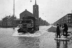 1953 een vrachtwagen rijdt over de Strevelsweg ter hoogte van de Lange Hillelaan. Water uit de Nieuwe Maas stroomde via de Maashaven, Rijnhaven, Binnenhaven en Spoorweghaven het gebied binnen, dat in de Hillepolder ligt.
