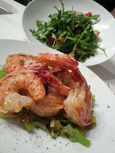 Garlic shrimp with salad