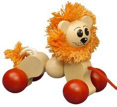"""Ziehfigur Löwe """"Lennox"""" von HOBEA-Germany. Diesen handzahmen Löwen können Kinder hinter sich her ziehen. Der Holzlöwe begeistert Kinder nicht nur beim Laufenlernen. Mit Ihm hat es einen Freund, der mit ihm gern auf die """"Jagd"""" geht.    Holzspielzeug Löwe Laufenlernen Baby Kleinkind Babyspielzeug Babygeschenk Holz Nachziehtier"""