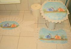 Jogo de banheiro três peças de emborrachado pintado com crochê. <br>Ótima opção de decoração para banheiro,seu banheiro vai ficar um charme com esse jogo, fica lindo em banheiros na praia em casa de campo, enfim uma decoração para deixar seu banheiro com cara de novo. <br>Tapete em formato de peixe: 75 cm x 55 cm <br>Tapete privada: 60 cm x 48 cm <br>Tampa privada: Tamanho padrão