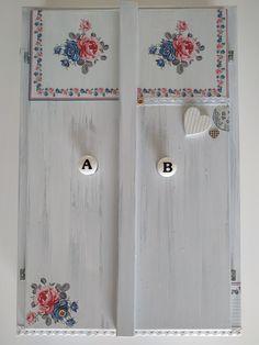 Zrenovovaná skříňka, vhodná na kořenky anebo k použití jako lékárnička. Venkovský rustikální styl. Květinové motivy, 3D efekty, krajky, razítka...