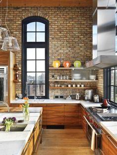 Mooie ruime hoekkeuken met warme kleuren en structuren.