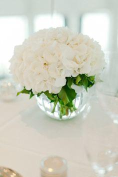 装花やブーケに白い紫陽花(あじさい)を使ったアイデアをご紹介。色々な花と組み合わせることで、和婚や大人結婚式にピッタリのブーケになります。