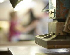 Die Buchbinderwerkstatt Format Guggenbühl widmet sich ästhetischen Produkten mit raffinierten Funktionalitäten.