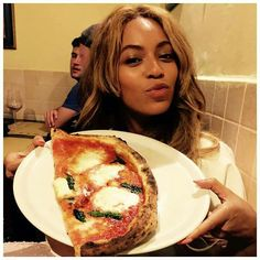 Beyonce, Jay Z, and Blue Ivy on Vacation in Italy - Carter Family Vacation Pictures Beyonce Family, Beyonce Show, Beyonce And Jay Z, Beyonce Style, Love Pizza, Eat Pizza, Blue Ivy, Italy Vacation, Bacon