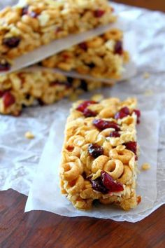 Cheerio granola bars - eats and treats substitute corn syrup with maple syr Recipe Using Cheerios, Cheerios Recipes, Cereal Recipes, Snack Recipes, Epicure Recipes, Freezer Recipes, Bar Recipes, Freezer Cooking, Drink Recipes
