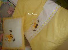 Colcha e almofada com aplicaçã de abelhinha