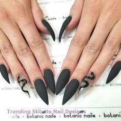 If you're looking for a bold look, stiletto nails are your best choice. The trend of stiletto nails is hard to ignore. Whether you like it or not, stiletto nails will stay. Stiletto nails are cool and sexy, but not everyone likes them. Bling Stiletto Nails, Simple Stiletto Nails, Pointy Nails, Acrylic Nails Stiletto, Glitter Nails, Long Nail Designs, Acrylic Nail Designs, Art Designs, Black Nails With Designs
