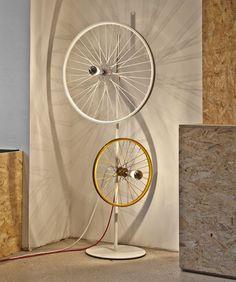 Un éclairage minimaliste réalisé avec des roues de bicyclette pour un magasin de chaussures de sport à Stuttgart. Coup de cœur !   Un éclairage