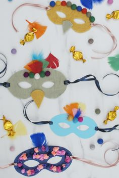 With Anna's template, the entire family can easily create personalised and creative masks. Make it a fun-filled joint activity when creating these festive. Diy Masque, Masquerade Masks, Make Your Own, How To Make, Felt Ball, Mask For Kids, Diy For Kids, Feathers, Fun Stuff