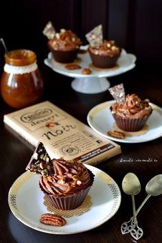 Cupe cu cremă de ciocolată, caramel sărat şi nuci pecan Cake Cookies, Cupcakes, Creme Caramel, Something Sweet, Cheesecakes, Food And Drink, Pudding, Candy, Cooking