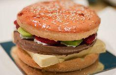 Mousse de chocolate (la hamburguesa), kiwis frescos (la lechuga), frutillas (el tomate), mousse de mango (el queso) y crema fresca (la mayonesa).