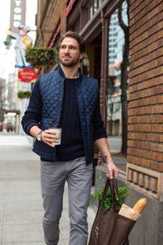 Marry a dark blue quilted gilet with grey jeans to effortlessly deal with whatev. - Men's style, accessories, mens fashion trends 2020 Puffer Vest Outfit, Vest Outfits, Outfit Jeans, Look Fashion, Autumn Fashion, Mens Fashion, Fashion Shorts, Western Outfits, Moda Men
