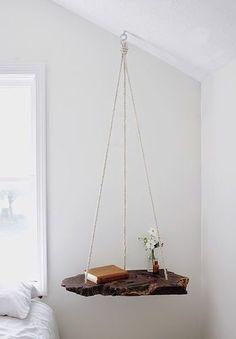 枝というか・・・木片? 平たいタイプのものは、金具と麻ひもで吊るして、ハンギングシェルフにしても。 浮遊感がある見た目もとっても素敵です。