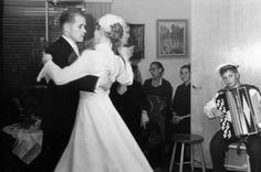 Häävalssi haitarisäestyksellä Herttoniemessä 1950-luvulla. Kuva: Helsingin kaupunginmuseo Finland, Nostalgia, History, Concert, Wedding Dresses, People, Fashion, Museums, Bride Dresses