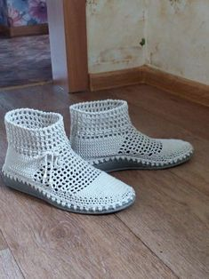 одноклассники Crochet Boot Socks, Crochet Sandals, Knitted Slippers, Crochet Shoes Pattern, Shoe Pattern, Knit Shoes, Sock Shoes, Hunter Boots Outfit, Fashionable Snow Boots