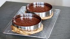 Dieser saftige, schokoladige Kuchen ist die perfekte Grundlage für Motivtorten. Er ist auch für 3D Motivtorten geeignet, da er sich super schneiden und formen lässt. Zubereitung: 15 Min. Backzeit: ca. 35 Min. Zutaten für eine hohe 20 cm Torte: 320 g Butter 200 g Zartbitterschokolade 250 g Zucker 8 Eier 190 g Mehl 30 g …