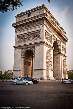 O Arco do Triunfo, construído em homenagem às vitórias militares de Napoleão, fica ao final - ou início - de uma das ruas mais famosas do mundo, a Av. des Champs-Elysées. A vista de cima do Arco é de arrepiar.