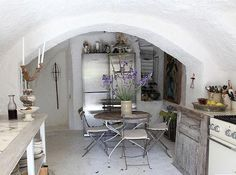 houses-kitchens-cream-light-wood-white-eat-in-kitchens