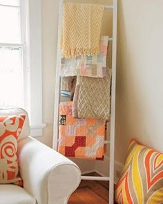 Great idea for extra quilts or throws in the guest room. Re purposing an old ladder as blanket storage in a nursery or living room - would use this to display my grandma's quilts - and bc we don't have a closet to hide a ladder in! Country Chic Cottage, Decor, Home Diy, Sewing Room, Blanket Storage, House Styles, Ladder Decor, Soft Blankets, Home Decor