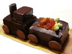 Train cake It is on another language, but the pictures are pretty self explanatory. Kids Menu, Cake Decorating, Cheesecake, Projects To Try, Sweets, Food Art, Desserts, Language, Train