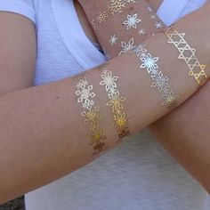 This is a pack of 20 holiday themed metallic bracelet tattoos. Collection Contents: 20 Gold double height snowflake bracelets • Lasts 5-7 days even with swimming and bathing! • Easy to put on and easy