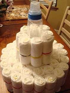 Step-by-step diaper cake instructions Diaper Cakes Tutorial, Diaper Cake Instructions, Diy Diaper Cake, Nappy Cakes, Baby Shower Diapers, Baby Boy Shower, Baby Shower Gifts, Baby Gifts, Baby Shower Parties