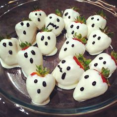 30 Spooky Snacks for a Frightfully Delicious Halloween Party Strawberry ghosts for Halloween childrens parties. Teen Halloween Party, Halloween Themed Food, Halloween Office, Halloween Food For Party, Halloween Birthday, Holidays Halloween, Halloween Treats, Spooky Halloween, Halloween Deserts Recipes