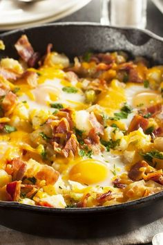 This awesome country breakfast skillet recipe is loaded with fresh potatoes, bacon, eggs, cheese and is super easy to make! Perfect for the weekend. Fast Healthy Breakfast, Breakfast Skillet, Quick Healthy Meals, Best Breakfast, Easy Meals, Breakfast Potatoes, Breakfast Ideas, Bacon Breakfast, Brunch Ideas