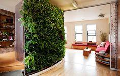 O jardim vertical proporciona sensação de frescor nesta sala com esta decoração que une o estilo moderno ao rústico.