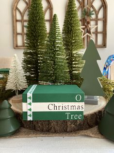 Christmas Booth, Christmas Diy, Christmas Things, Christmas Trees, Merry Christmas, Book Crafts, Decor Crafts, Painted Books, Hand Painted