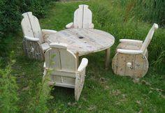 Mesa y sillas de jardín elaboradas a partir de bobinas de cable.