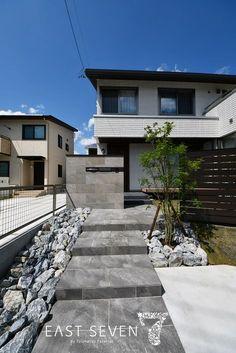 タイルを使用した高級感のある外構 各務原市N様邸 クローズ外構 | 岐阜のエクステリア専門店「東松エクステリア」 Japanese Garden Style, Japanese House, Shop Facade, House Numbers, Modern Buildings, Garden Styles, Industrial Style, Exterior Design, Garden Landscaping