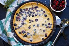 Here's how you can make a delicious vegan blueberry clafoutis recipe quickly and easily. It's also gluten-free and extremely easy to make. Check out the full recipe in this link. Blueberry Clafoutis, Vegan Blueberry, Sin Gluten, Vegan Gluten Free, Vegan Raw, Vegan Food, Vegan Sweets, Vegan Desserts, Clafoutis Recipes