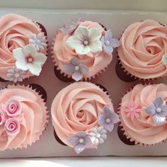 Simple, girly summer flower cupcakes | Pretty Witty Cakes (Summer Bake Cupcakes) #Flowercupcakes