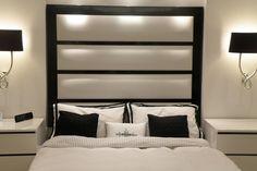 tête de lit -rembourree-cadre-noir-tapisserie-blanche
