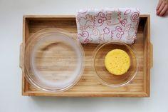 Einen Schwamm ausdrücken Montessori für Kinder