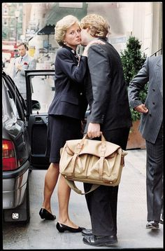 Diana kisses her brother Viscount Althorpe (now Earl Spencer) outside San Lorenzo restaurant in London in 1990 Princess Diana Brother, Princess Diana Photos, Princess Diana Funeral, Spencer Family, Lady Diana Spencer, Royal Princess, Princess Of Wales, Prinz William, Diana Fashion