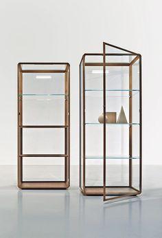 Vetrina er en smuk opdatering af det klassiske vitrineskab. Designet af Ron Gilad for italienske Monteni & C.