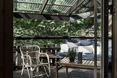 Terrass på sidan av huset med i lummig miljö på Lidingö. Interior  - Roomly.se