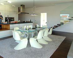 auf diesem bild sieht man die freitragenden treppe die. Black Bedroom Furniture Sets. Home Design Ideas