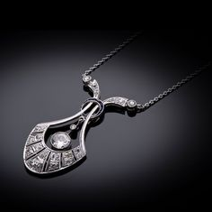 Type de bijou: Pendentif Epoque: Art Déco vers 1930 Origine: Travail français Métal: Platine 950/1000, Or 750/1000 (18 k) Poids total (brut): 6,30 grammes Dimensions: H.: 38 mm; L.: 480 mm Nature des...