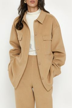This midweight shirt jacket has a relaxed fit detailed with front patch pockets and tonal button closures. A transitional piece to add to your wardrobe to wear with your fall essentials. Cozy Fashion, Minimal Fashion, Winter Fashion, Chic Outfits, Fashion Outfits, Fashion Trends, Fashion Bloggers, Style Fashion, Shirt Jacket