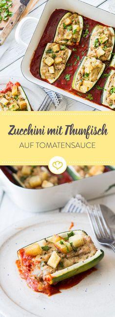 Diese Zucchini werden erst mit Thunfisch gefüllt und kommen dann zusammen mit Tomatensauce und Croutons in den Ofen. Ergebnis: Köstlich!