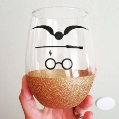 Still one of my favorite designs. wine glass harry potter and glittery gold . Do you wanna wine this glass? Enter my see my previous post on how to enter. Glitter Wine Glasses, Diy Wine Glasses, Glitter Cups, Glitter Tumblers, Harry Potter Wine Glasses, Wine Glass Rack, Boyfriend Crafts, Diy Resin Crafts, Valentine's Day Diy