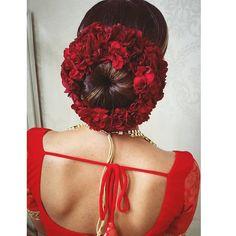 Arthi Krishna I ஆர்த்தி (@arthiarchie) • Instagram photos and videos South Indian Wedding Hairstyles, Bridal Hairstyle Indian Wedding, Bridal Hair Buns, Bridal Hairdo, Romantic Wedding Hair, Hairdo Wedding, Bridal Hair Flowers, Indian Hairstyles, Bun Hairstyles