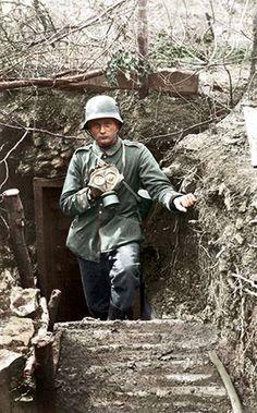 Frankreich in der Gegend von Reims, 1917. Deutscher Soldat beim austreten aus dem Unterstand (Sam. Ph. Wille).